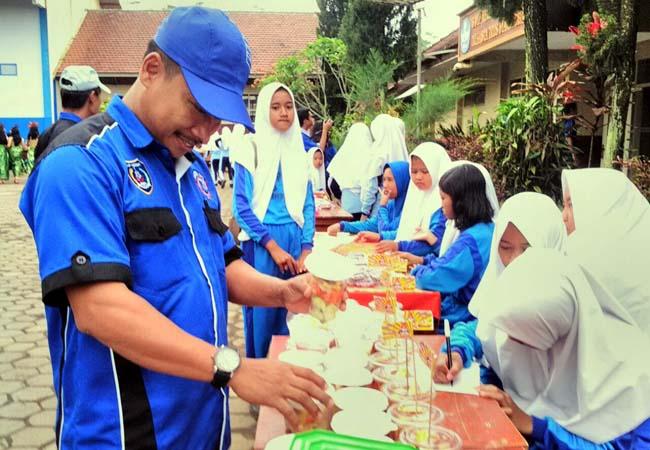 Rayakan HUT, SMPN Tirtoyudo 01 Gelar Jalan Sehat dan Bazar