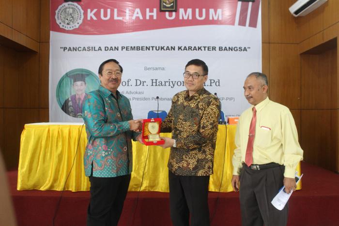 Rektor Unidha Apresiasi Penghargaan Mahasiswa dan Dosen Prestasi