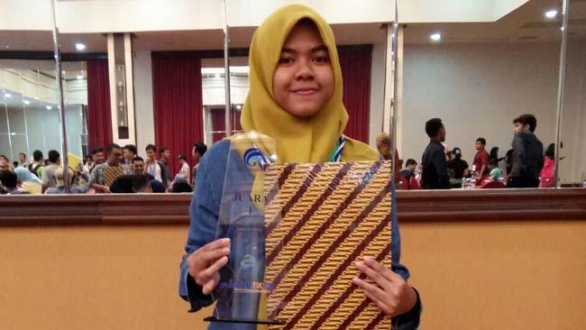 Siswi SMALB Aisyiyah Krian Juara Desain Sampul Kominfo