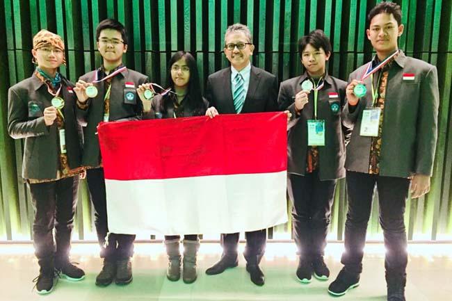 Lugas Firdinand Hamdi Sabet Medali Perak IJSO 2017 di Belanda