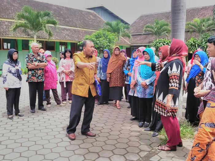 Guru Sekolah Kecamatan Pakisaji Pelatihan Menulis Karya Ilmiah