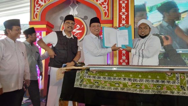 Menristek Dikti Serahkan SK Universitas Ibrahimy ke Pengasuh Ponpes Salafiyah Syafi'iyah Sukorejo