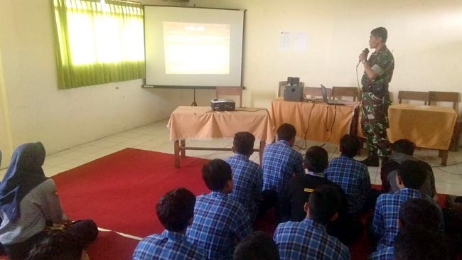 Babinsa Koramil Trawas Latih PBB dan Ajarkan Wawasan Kebangsaan Sejak Dini