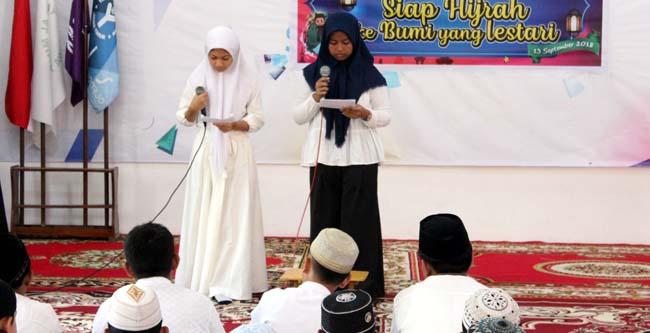 PERINGATAN - Siswa dan siswi SMP Al Muslim Wadungasri, Kecamatan Waru, Sidoarjo memperingati Tahun Baru Islam 1440 Hijriyah sekaligus memeringati Hari Ozon yang jatuh 16 September 2018, Kamis (13/09/2018)