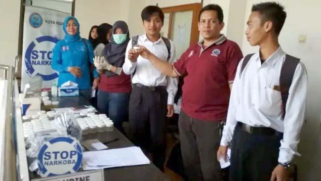 Ribuan Mahasiswa UNISKA Tes Urin