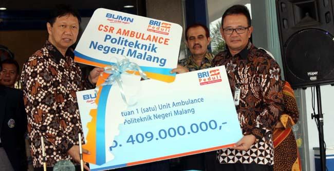Direktur Polinema dan Pimpinan BRI Wilayah Malang lakukan test drive ambulance. (rhd)