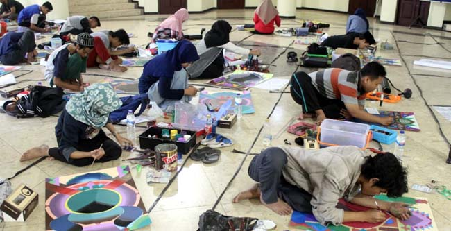 Para peserta lomba kaligrafi serius merampungkan karyanya. (rhd)