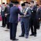 Rektor UM Rofi'uddin menerima penyematan dari Menristekdikti. (ist)