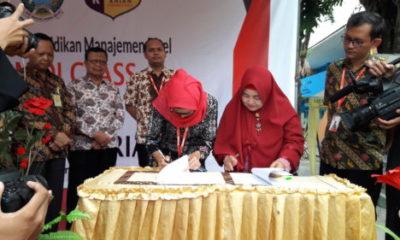 Ketua Pengurus Daerah Muhammadiyah (PDM) Sidoarjo, Masyhud SM didampingi Kepala SMK Pemuda Krian, Susi Herawati meresmikan Alfamidi Class Teaching Factory di samping pintu masuk sekolah, Selasa (6/11/2018).