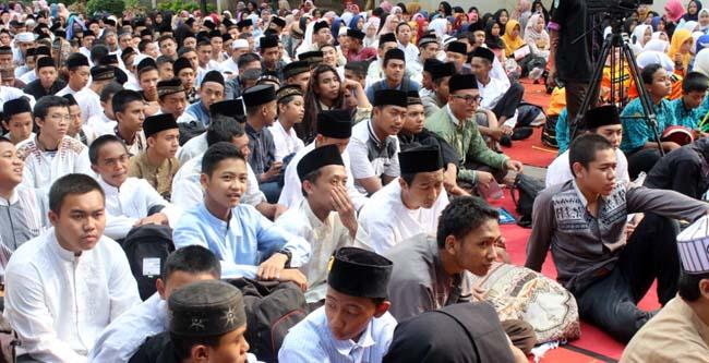 Animo siswa SMK PGRI 3 Kota Malang mendengarkan tausyiah. (rhd)