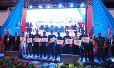 Perwakilan delegasi tim UB menerima penghargaan. (ist)