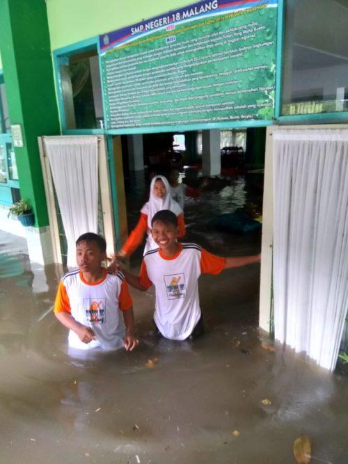 Pasca Kebanjiran,  Murid dan Guru SMPN 18 Kerja Bakti Bersihkan Sekolah