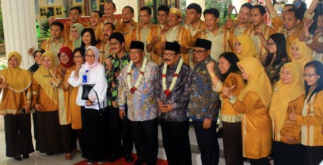 Menko Perekonomian bersama undangan, berfoto bersama Kasek dan guru SMKN 4 Kota Malang. (dmr)