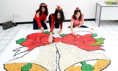 Mahasiswa Ubaya Bikin Lonceng Natal Raksasa dari Jajanan Tradisional