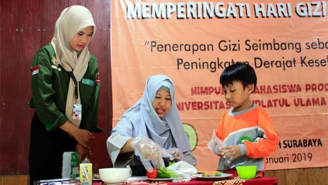 HARI GIZI : Universitas Nahdlatul Ulama Surabaya mengadakan acara Sosialisasi Gizi Seimbang dalam Rangkah Hari Gizi Nasional 2019 yang di gelar di TK Khadijah Surabaya, Kamis (24/1). Salah Satunya adalah Cokking Fun yang diikuti oleh IBU Dan Anak