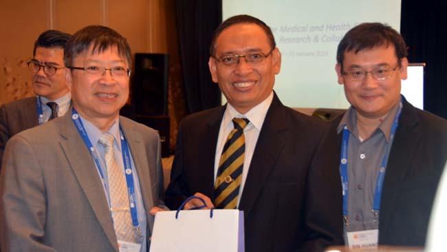 PROF Dr Ali Ghufron Mukti, M.Sc, Ph.D (berbatik) saat memberikan paparan dalam pembukaan QS Subject Focus Summit Medicine (tentang Kesehatan dan Kedokteran) di Hotel Bumi Surabaya, Rabu (23/1) malam