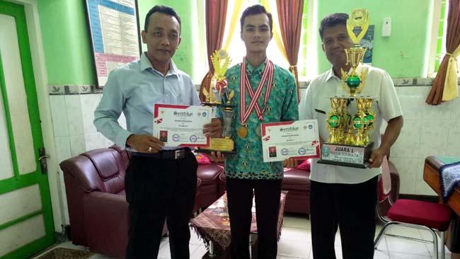 MEMBANGGAKAN : Mohammad Taufiqur Rahman diapit Kasek dan Wakasek SMA Negeri 1 Panji Situbondo. (im)