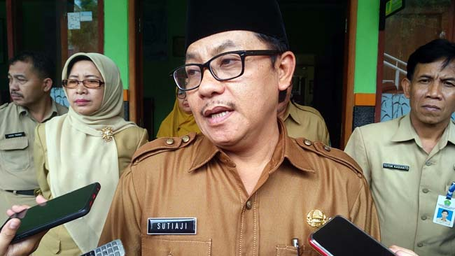 Walikota Malang Sutiaji menjawab pertanyaan awak media di SMPN 13. (rhd)
