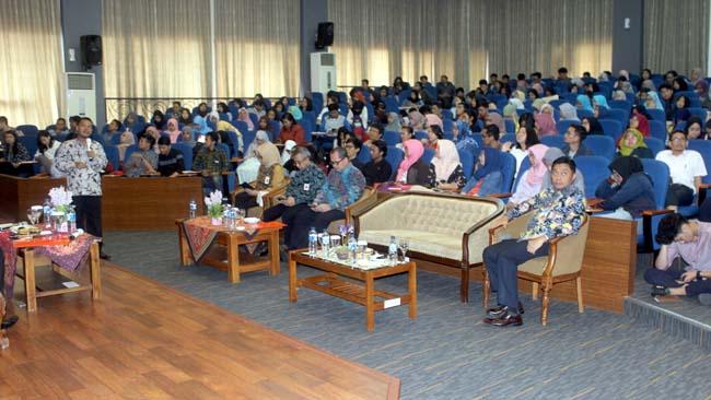 Mahasiswa menyimak materi yang disampaikan Setyo Tri Wahyudi, PhD. (rhd)