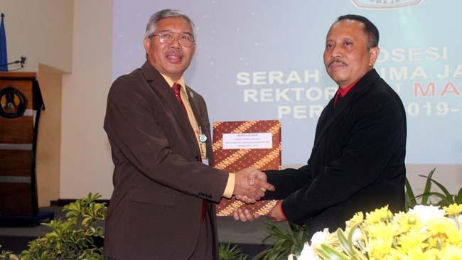 Serah Terima Jabatan Rektor ITN antara Dr. Ir. Lalu Mulyadi, MT (kiri) kepada Dr. Ir. Kustamar, MT (kanan). (rhd)