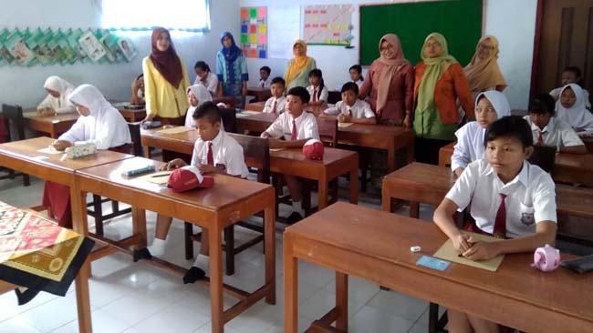 Semangat : Peringati hari Kartini,Para Dewan Guru SDN 2 Sumberejo Dengan Kepalan Tangan Semangat. (H Mansyur Usman/Memontum.Com)