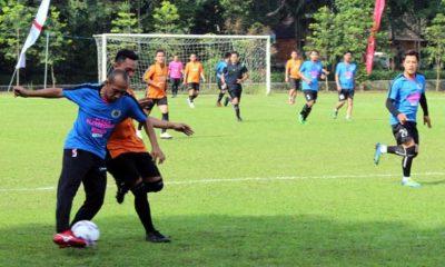 Aksi pembuka laga persahabatan antara Jurnalis Malang Raya (JMR FC) melawan mahasiswa asing UMM. (rhd)