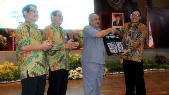 Rektor UM Prof. Dr. AH. Rofi'uddin, M.Pd., memberikan cinderamata kepada Prof. Dr. Hariyono, M.Pd. (rhd)