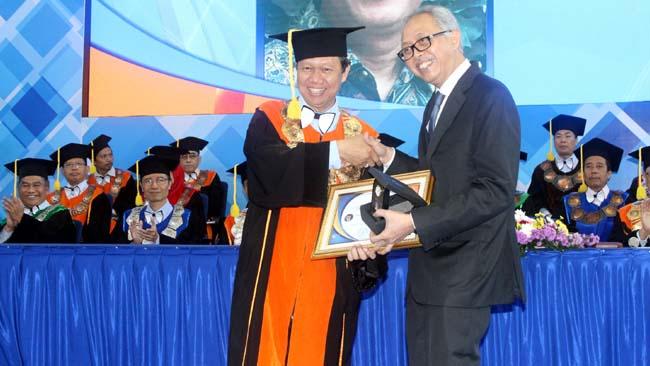 Direktur Polinema Drs Awan Setiawan, MM, memberikan apresiasi kepada Staf Ahli Bidang lnovasi dan Daya Saing Kemendikbud, Ir. Ananto Kusuma Seta, M.Sc., Ph.D. (rhd)