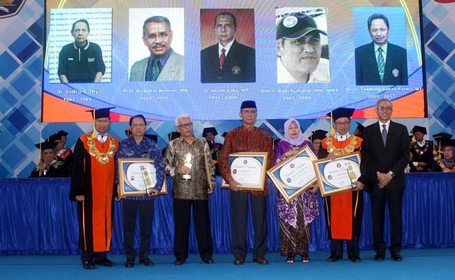 Penghargaan kepada para Mantan Direktur Polinema. (rhd)