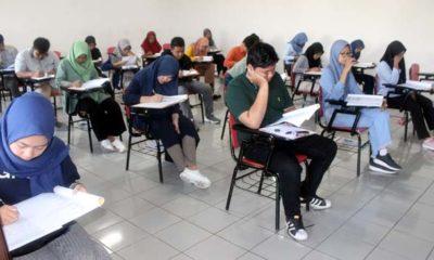 SERIUS : Peserta serius mengerjakan soal tes, berharap lulus ujian seleksi UMM. (rhd)