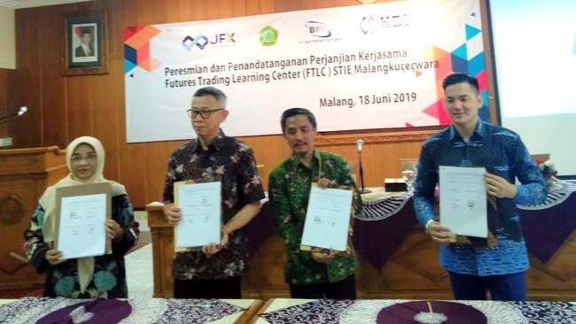 Perwakilan ABM, BBJ, KBI, dan BPF, menunjukkan MoU kerjasama FTFC. (rhd)