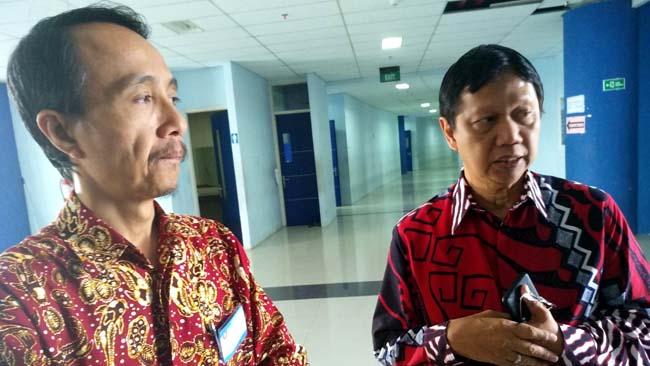 Drs Awan Setiawan, MMT, MM, dan Supriatna Adi Suwignjo, ST., MT., menjawab pertanyaan awak media. (rhd)