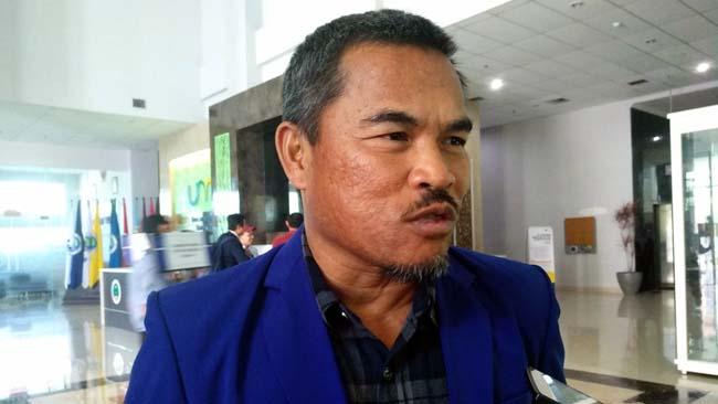 Wakil Rektor III UM, Dr. Mu'arifin, M.Pd, menjawab pertanyaan awak media. (rhd)