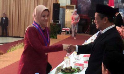 Kepala SMAN 1 Wonoayu, Drs. Digdo Santoso, memberikan ucapan selamat kepada seorang wisudawan. (par)