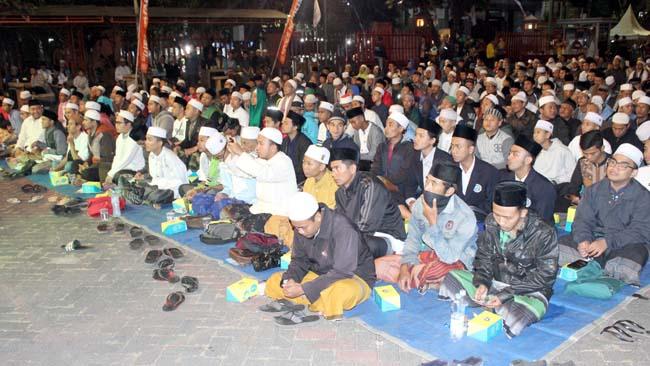 Ribuan jama'ah dari lintas komunitas sholawat memanjatkan doa. (rhd)