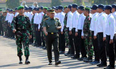 Danrindam V/Brawijaya Kol (Inf) Dendi Suryadi SH, lakukan inspeksi pasukan. (rhd)