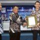 Penyerahan plakat kerjasama Polinema dengan Trimble Solutions Rep. Office Indonesia. (rhd)