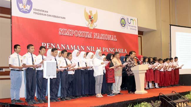 Deklarasi peserta Simposium bertekad menanamkan nilai Pancasila. (rhd)