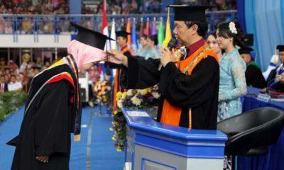 WISUDAWAN : Direktur Polinema Drs Awan Setiawan MM saat proses wisuda. (ist)
