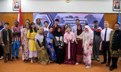 Dosen, buddy dan mahasiswa asing menggunakan pakaian adat masing-masing. (ist)