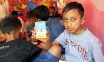 Salah satu siswa menunjukkan kartu bergambar berbahasa Arab. (ist)