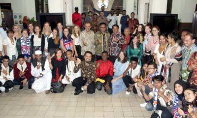 Jajaran Pemkot Malang bersama para mahasiswa asing dan panitia International Camp, di Balaikota Malang. (rhd)
