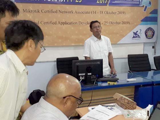Pembukaan Pelayihan dan Uji Kompetensi Retooling Dalam Negeri oleh Ketua Jurusan Teknik Elektro Polinema M Yunus S.T M.T. (ist)